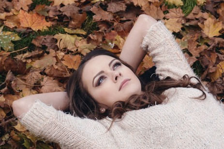 beautiful-girl-among leaves